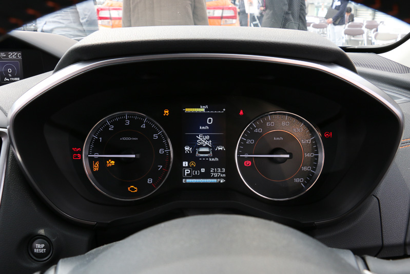 メーターパネルは全車同デザインの大型2眼式で、メーターバイザーリングが1.6リッター車はハイグロスブラック、2.0リッター車はシルバーとなる