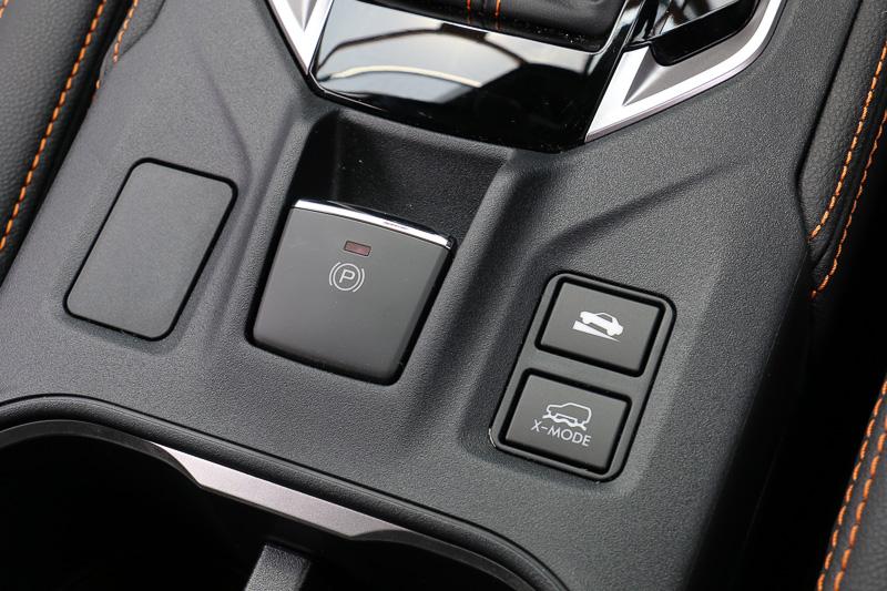 パーキングブレーキは全車電動式。「X-MODE」のスイッチ前方にあるのは「ヒルホールド機能」のON/OFFスイッチ