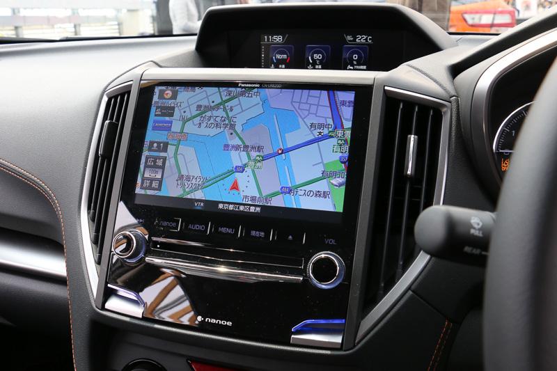 純正仕様は全車オーディオレス。展示車にはディーラー装着オプションの「パナソニック ビルトインナビ」が装着されていた。エアコンは全車フルオートタイプ
