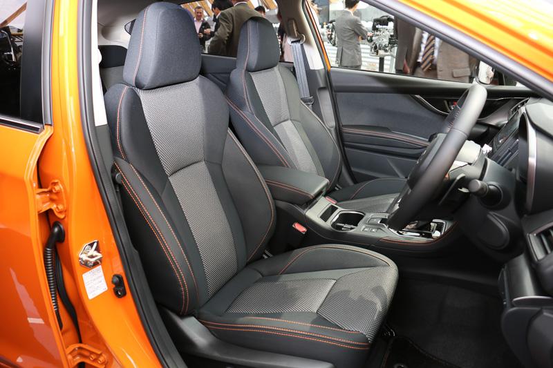 2.0i-S EyeSightのシート。表皮はトリコット+合成皮革となり、オレンジステッチが施されている