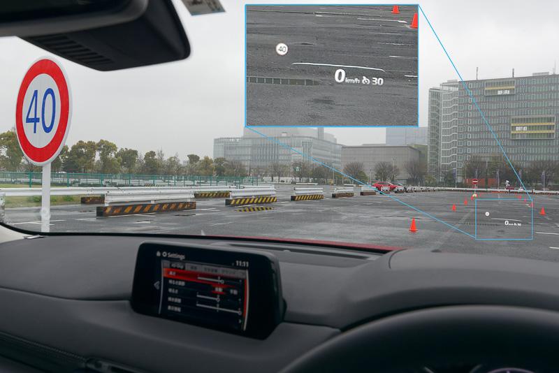 「交通標識認識システム」も体験。速度制限や進入禁止などの標識を読み取り、ヘッドアップディスプレイにカラーのアイコンで表示する