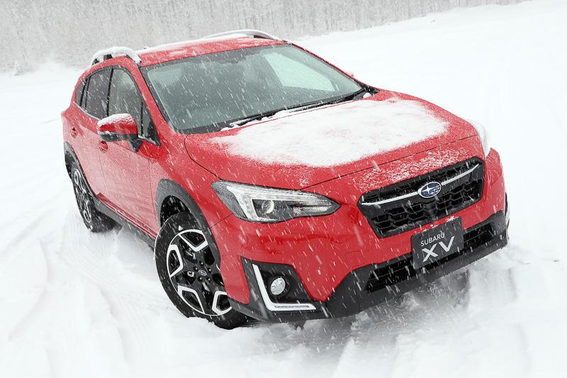 撮影初期の段階での写真。視界は確保されているが、ボンネット上に雪が残っているのが分かる。歩行者エアバッグを標準装備したSGPのスバル車は歩行者の生存空間が確保されているため、エンジンとボンネットの距離が従来のスバル車よりも遠い。そのため熱があまり伝わらず、従来のスバル車より雪が積もりやすくなっていると思われる