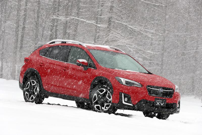 雪景色の中の新型「XV」。SGP採用SUV第1弾であるとともに、「富士重工業株式会社」から「株式会社SUBARU」となって、初の新型車となる