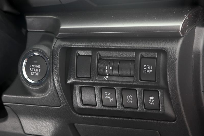 各種機能スイッチはステアリング奥、右側に