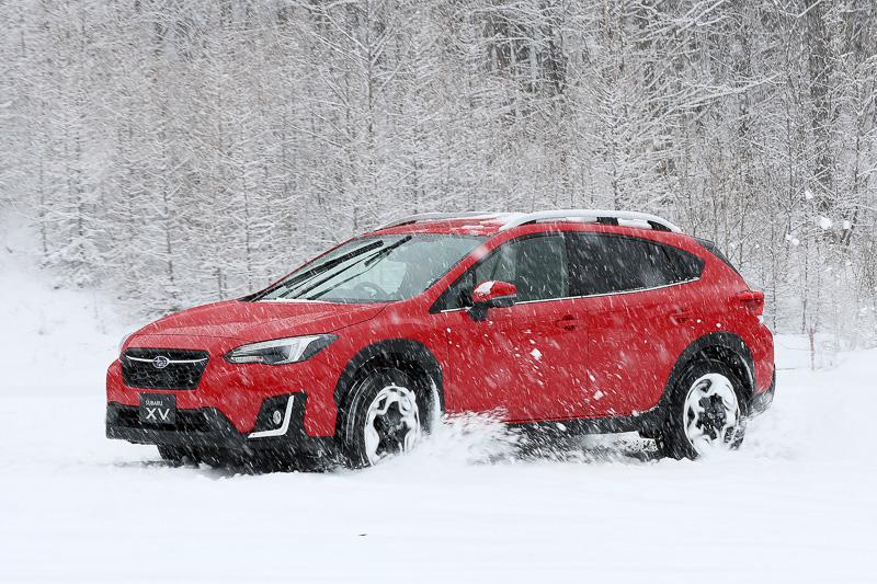 撮影用の広場で雪の中を少しだけ走行。タイヤは夏タイヤのためグリップしないはずだが、リアタイアの蹴り出し感を感じつつ意外と走ってしまった。スバルならではの4WD機構を持つためだろうか? クローズドコースだからこそ許される行為だが、当然ブレーキは効かない