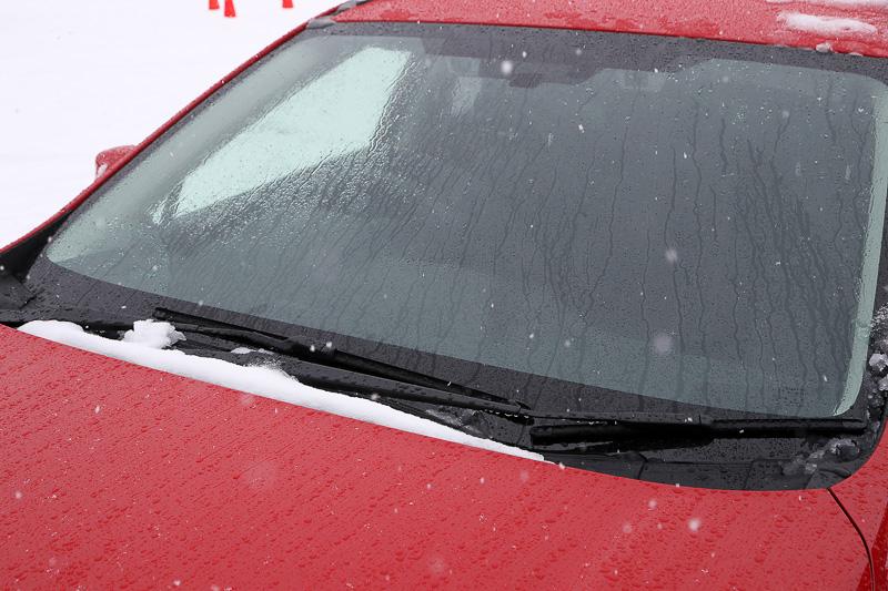 雪の中でエンジンをかけながら撮影。2.0i-S EyeSightは、フロントワイパーデアイサーなどがセットになったクリアビューパック(他グレードはオプション)を装備。そのため、視界確保に必要な部分に雪は積もっていない。気温は0℃近辺で、雪の積もり具合の参考になるだろうか?