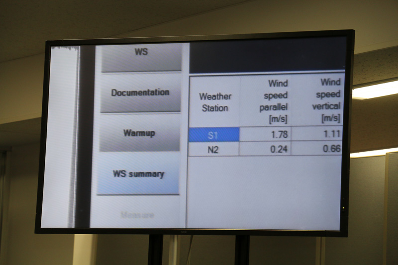 気象条件や風速、気圧などの数値が画面に表示されていた
