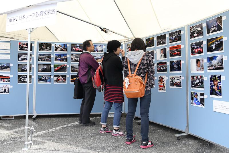 JRPA会員が国内外で撮影したモータースポーツ写真を展示。写真はすべてエプソン、キヤノンのインクジェットプリンターによるものだ