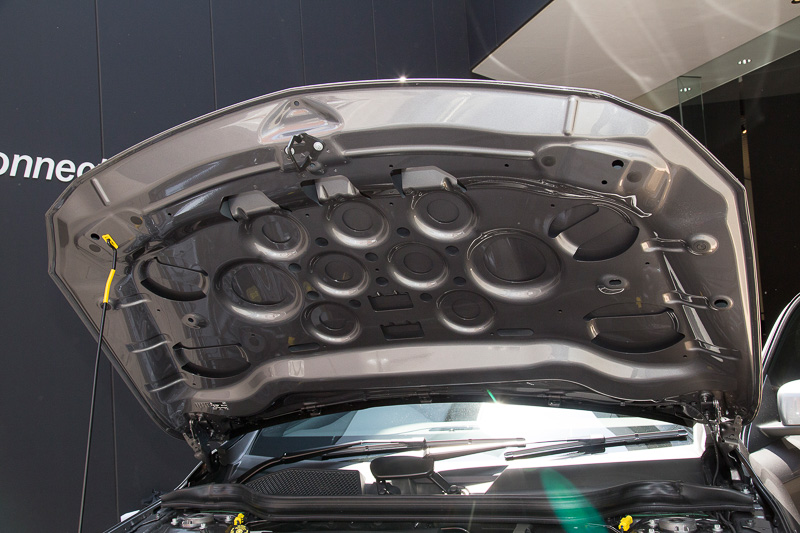 GLA 220 4MATICのエンジン。直列4気筒DOHC 2.0リッター直噴ターボで最高出力135kW(184PS)、最大トルク300Nmを発生。GLA全車で軽量なアルミ製ボンネットを採用