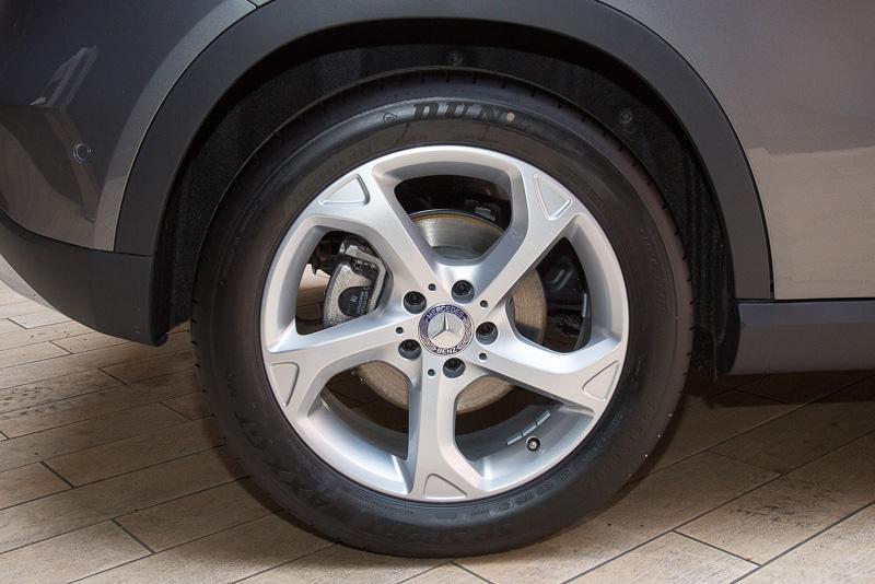 GLA 220 4MATICのタイヤサイズは前後とも235/50 R18。GLA 180は前後とも215/60 R17となる