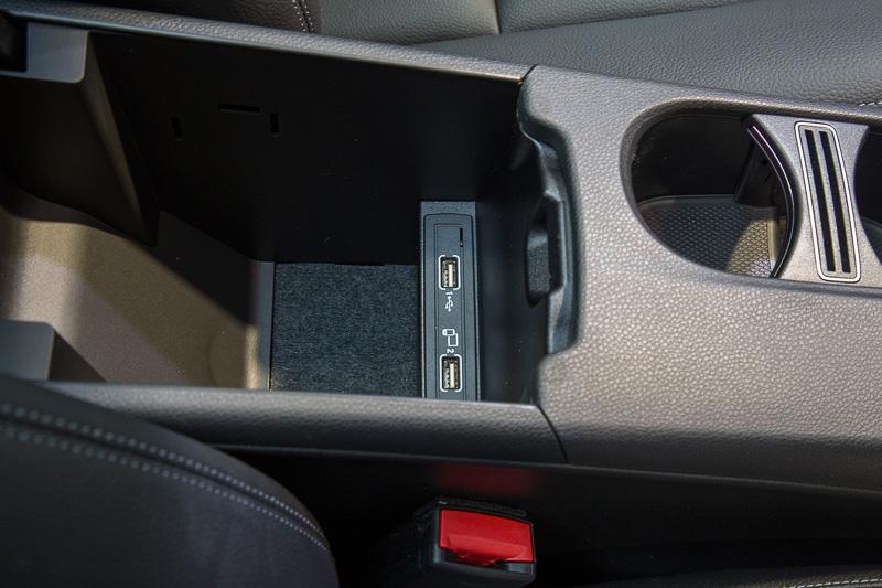 運転席まわりの収納と電源ソケット。12Vはセンターコンソール前方、リッド付きのアームレスト内にUSBメディアインターフェイスがある