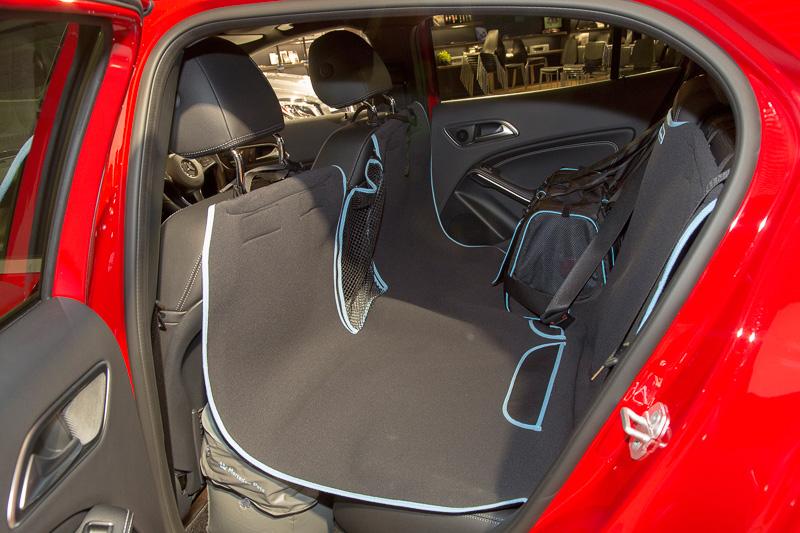 ドアを開けるとスリーポインテッドスターマークが路面に浮かぶ「LEDロゴプロジェクター」はオプション装備。後席にペットを座らせるための「ペットシートカバー」「ペットシートスペースクッション」「ペットキャリー」などもオプション設定する