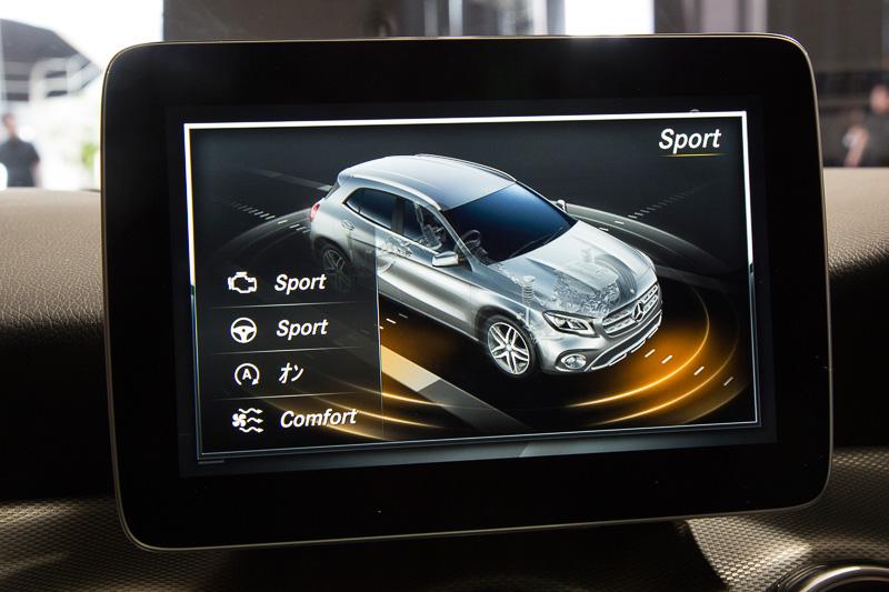 COMANDディスプレイには「ダイナミックセレクト」の設定が表示される。モードは「Comfort」「Sport」のほか、エンジン、ステアリング操舵、エコモードなどを任意で設定できる「Individual」がある