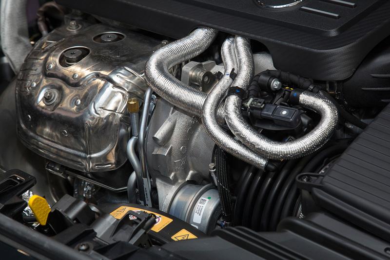 エンジンはほかのグレードでも採用されている直列4気筒DOHC 2.0リッター直噴ターボだが、メルセデス・ベンツが「世界一パワフル」とする最高出力280kW(381PS)、最大トルク475Nmを絞り出す。トランスミッションは「AMGスピードシフトDCT」の7速DCT。走行モードを選択できるAMGダイナミックセレクトには、サーキット走行用の「RACE」が新たに追加された