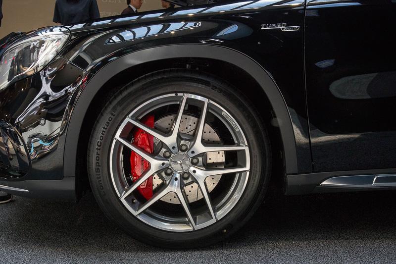 電子制御ダンピングシステムの「AMG RIDE CONTROLスポーツサスペンション」を採用。タイヤサイズは前後235/45 R19