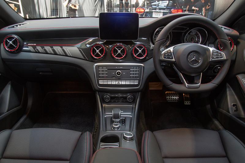 メルセデスAMG GLA 45 4MATICのインテリア。インパネ加飾にカーボンパネルが使われている。ステアリングやシートのステッチ、シートベルトなどが赤になる