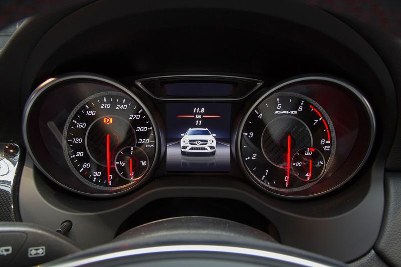 ステアリングは本革/DINAMICAのAMGパフォーマンスステアリング。スピードメーターは320km/hスケールで、タコメーターの文字盤にAMGのロゴが入る