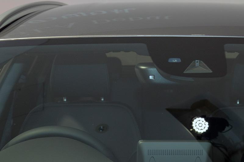 安全装備は、自動緊急ブレーキの「アクティブブレーキアシスト」、長時間の走行時にドライバーの疲労や眠気を70以上のパラメーターで検知して注意を促す「アテンションアシスト」を全車に装備。オプションで「レーダーセーフティパッケージ」を設定。さらに全車に「パーキングアシストリアビューカメラ」を装備し、オプションで縦列駐車や並列駐車時のステアリング操作を自動化する「パーキングパイロット」も用意する