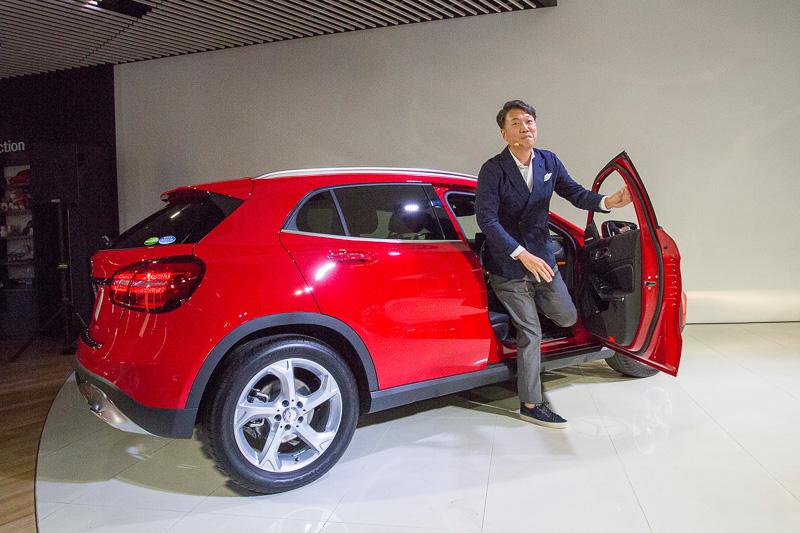 メルセデス・ベンツ日本株式会社 代表取締役社長兼CEO 上野金太郎氏がGLA 180に乗って登場するパフォーマンスが行なわれた