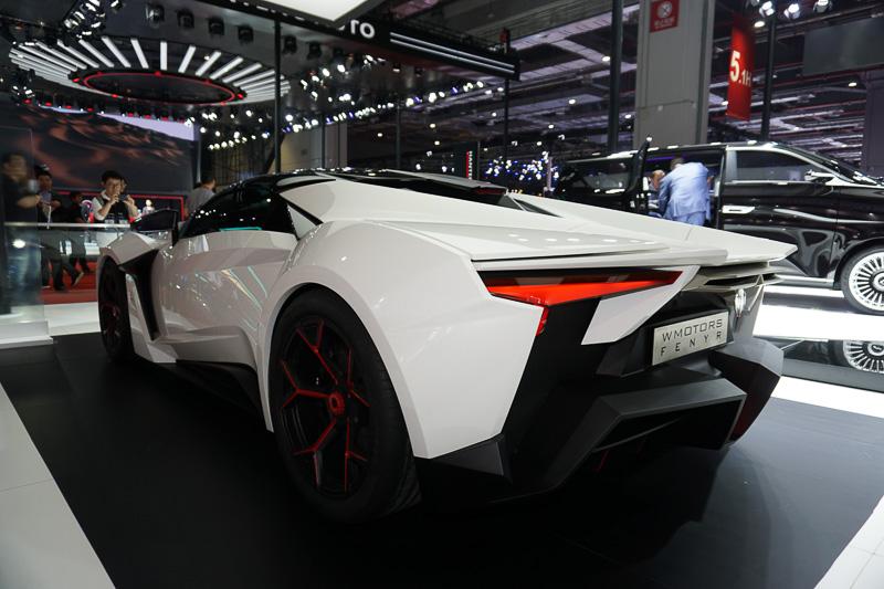 ドバイに拠点を置くスーパーカーメーカーW MOTORSと中国のICONIQ MOTORSによるブース