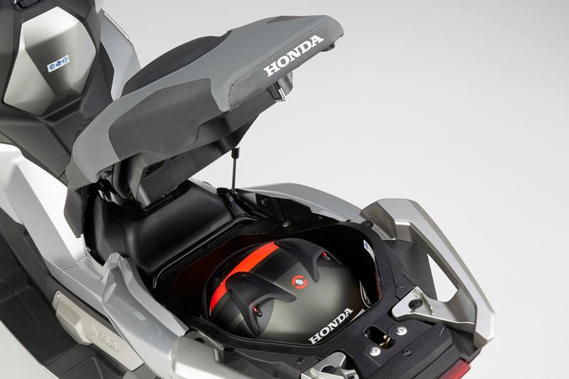 ラゲッジボックスはフルフェイスヘルメット1個の収納を実現