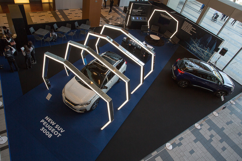 「NEW SUV PEUGEOT 3008 AMPLIFIED EXPERIENCE in TOKYO MIDTOWN」の会場の模様。展示車に乗り込むことができる