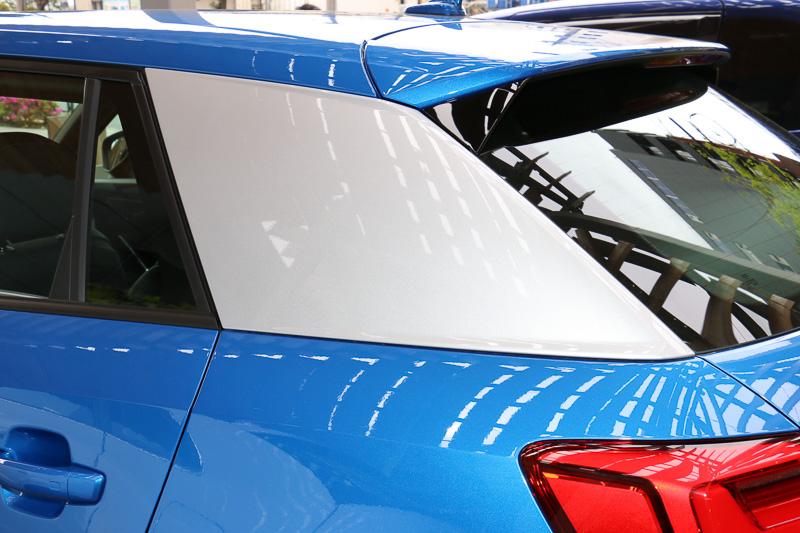 外観上の大きな特徴となるCピラーの「ブレード」。1.0 TFSIはボディ同色、1.0 TFSI sportと1.4 TFSI cylinder on demandはボディカラー別に「アイスシルバーメタリック」(写真)、または「マットチタングレー」のどちらかを標準仕様。また、ボディ同色もオプション選択できる