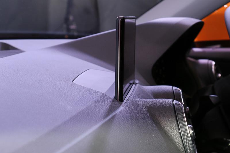 7インチのリトラクタブルカラーディスプレイを採用するMMIナビゲーションシステム