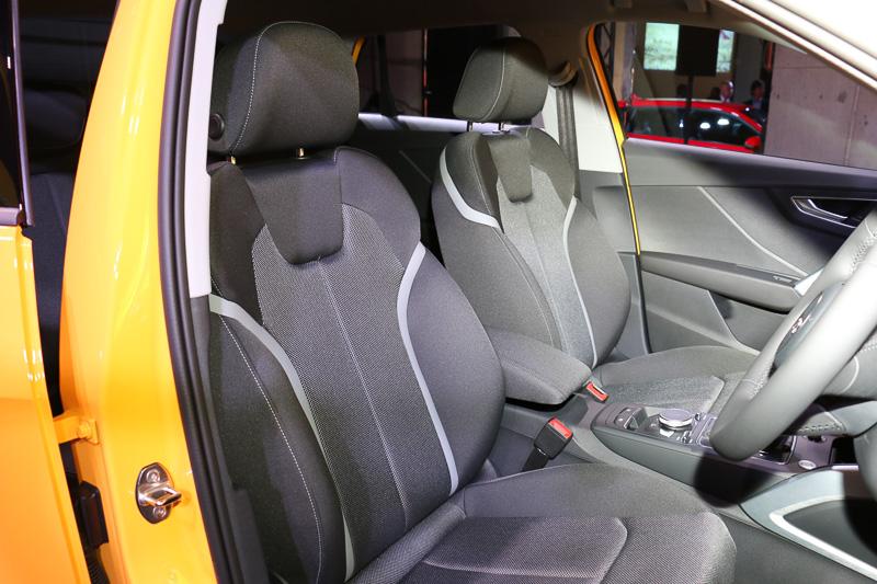 シート表皮はブラックのクロスを全車で採用。ブラック、またはロックグレーのパーシャルレザーシートを1.0 TFSI以外にオプション設定する