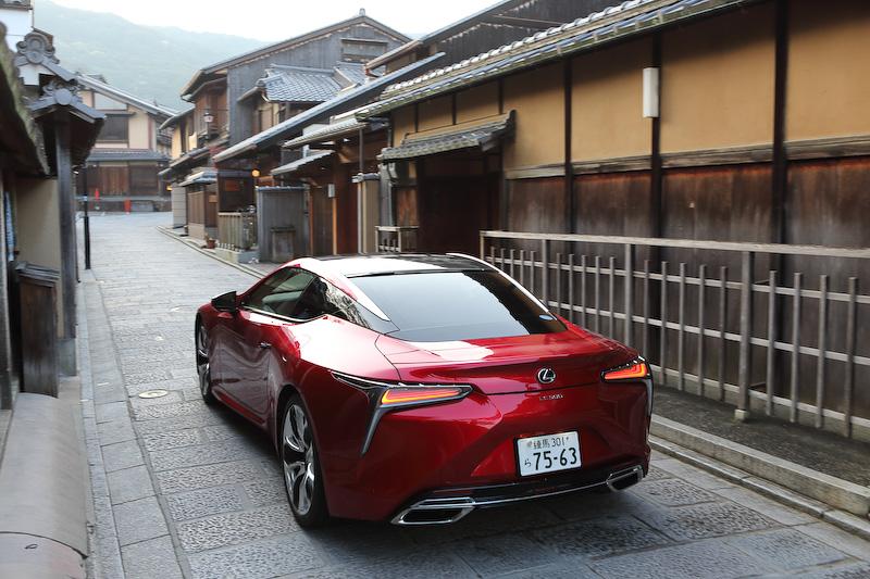 LCはV型8気筒DOHC 5.0リッターエンジンを搭載するガソリンモデルと、V型6気筒DOHC 3.5リッターエンジンにマルチステージハイブリッドトランスミッションを組み合わせるハイブリッドモデルをラインアップ。価格はガソリンモデルが1300万円~1400万円、ハイブリッドモデルが1350万円~1450万円