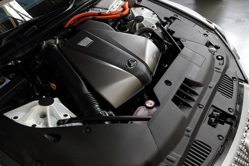 ハイブリッド車に搭載されるV型6気筒DOHC 3.5リッターエンジンの最高出力は220kW(299PS)/6600rpm、最大トルクは356Nm(36.3kgm)/5100rpm。これに最高出力132kW(180PS)、最大トルク300Nm(30.6kgm)の「2NM」モーターを組み合わせ、システム最高出力は359PSとなる。JC08モード燃費は15.8km/L