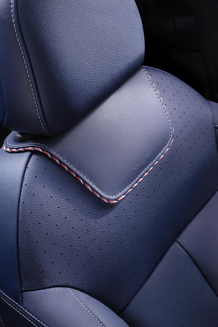 車内でもレザーシートをブルーに、ダッシュボードをレッドにしてフレサンジュ氏のテーマカラーを表現する