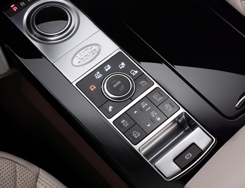 インテリアでは10.2インチの最新インフォテインメントシステム「InControl Touch Pro」を標準装備するほか、専用アプリを使ってスマートフォンからの遠隔操作により2列目/3列目シートの自動展開などを可能にする「インテリジェント・シート・フォールド機能」を世界初採用