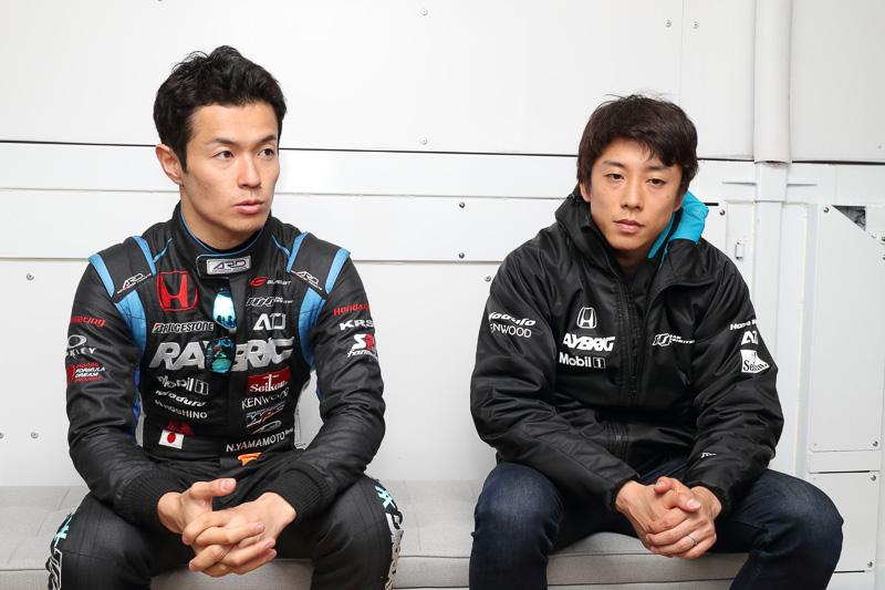 100号車「RAYBRIG NSX-GT」をドライブする山本尚貴選手(左)、伊沢拓也選手(右)
