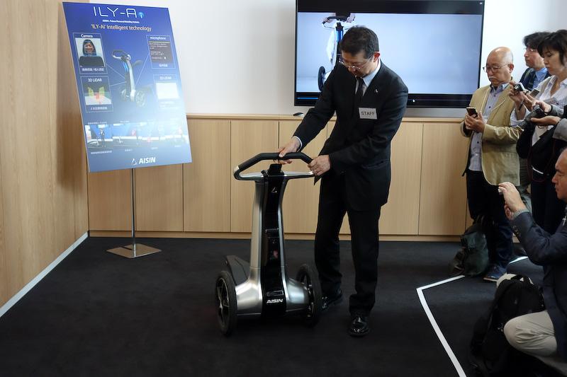 「Carry Mode」「Kick Scooter Mode」「Vehicle Mode」「Cart Mode」の4つのモードに可変する(左はVehicle Mode、右はCarry Mode)