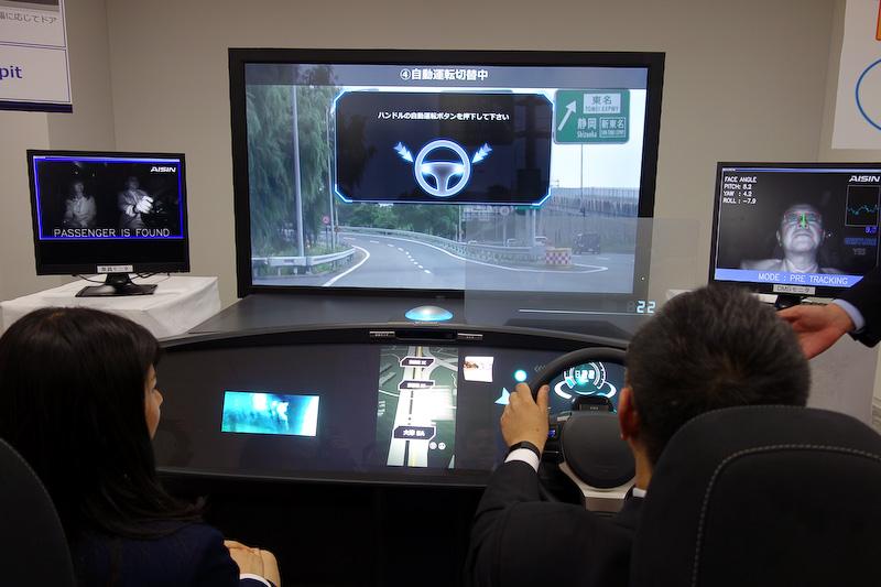 高速道路での自動運転デモ(レベル3)。ステアリングのボタンを押すことで自動運転が開始されるとともに、シートが約5度倒れ、モニター表示が最大になることでリラックスできる空間を演出