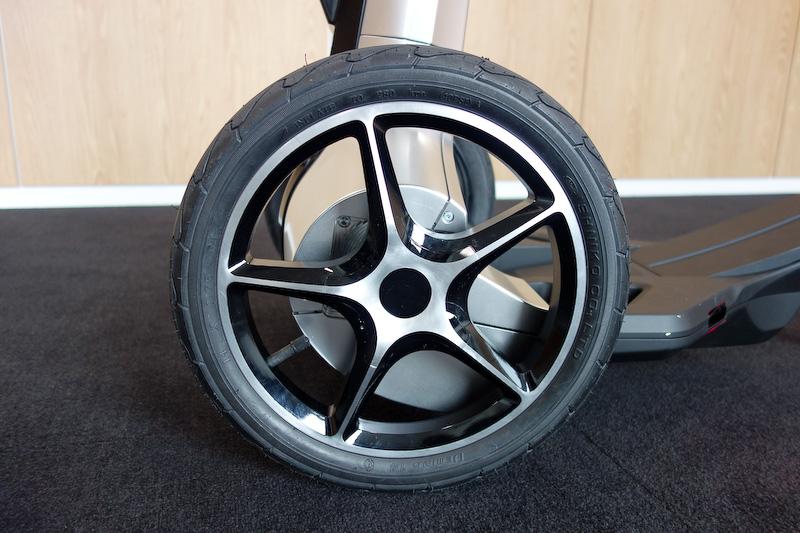 タイヤは市販のものを使用
