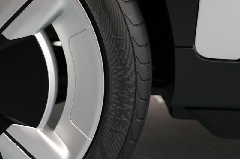 タイヤには「AsahiKASEI」の文字
