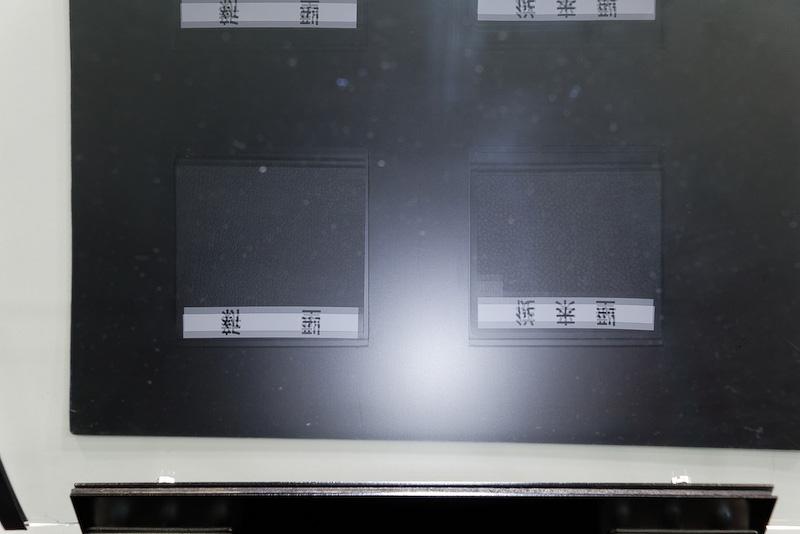 従来のシボ加工と新しいシボ加工の反射具合をチェック。従来品はやや白さが強く見える