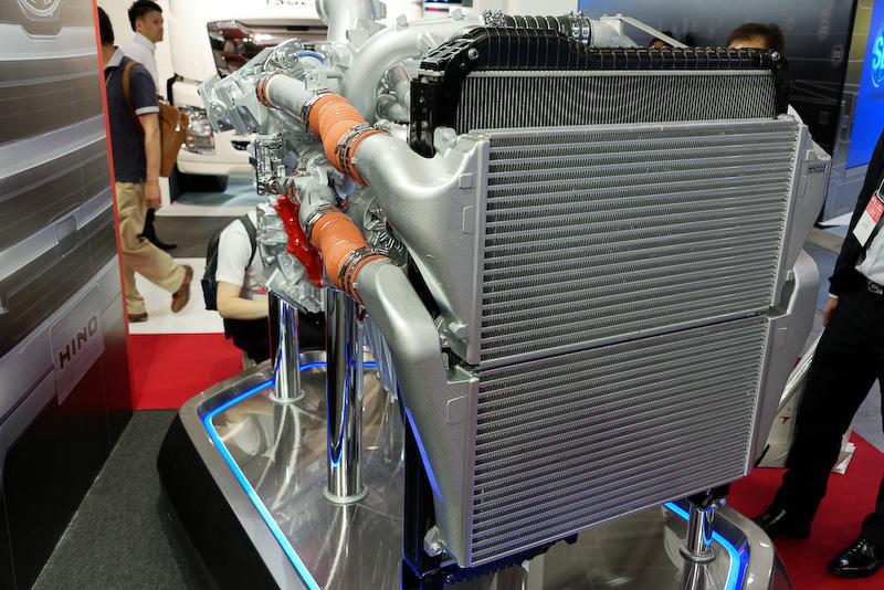 大型トラック「PROFIA」の9リッターエンジン「A09C」。圧倒されるラジエーターのサイズ