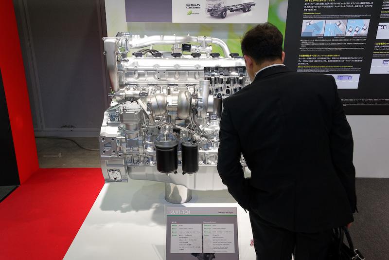 人が近くに立つと大きさがよく分かる。それでも他メーカーのエンジンと比べてコンパクトなようだ
