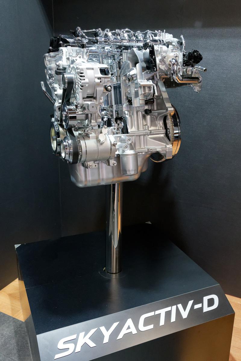 SKYACTIV-Dエンジンのカットモデルと、i-ACTIVSENSEの解説