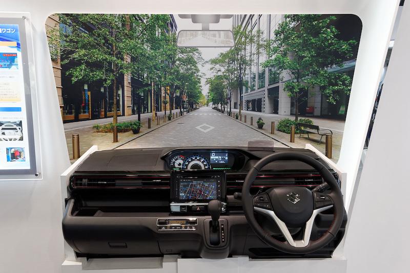 2月発売の新型「ワゴンR」の運転席を模した機能紹介デモ