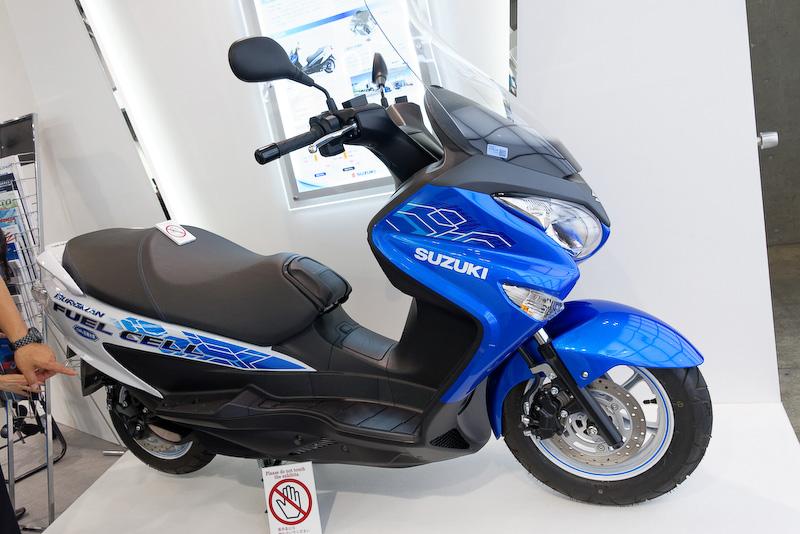 燃料電池2輪車「バーグマン フューエルセル」。空冷式燃料電池ユニットをシート下に搭載し、リチウムイオン電池との組み合わせでモーター(最高出力4.5kW)を回す