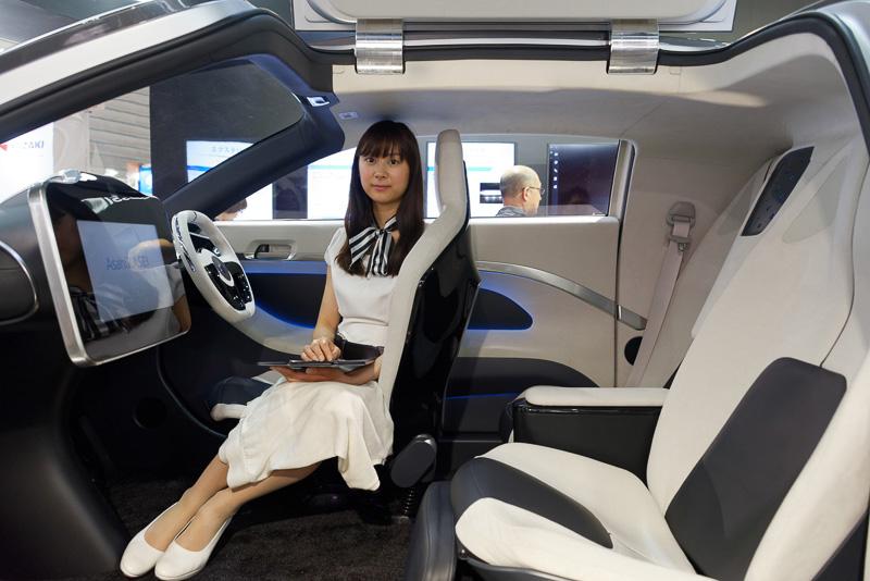 旭化成グループの持つ素材、デバイス技術を駆使することで、シートや外装などに新規素材を用いて軽量化。音声認識による機能制御、二酸化炭素センサーを応用した眠気防止といった先進技術の搭載を想定したものとなっている