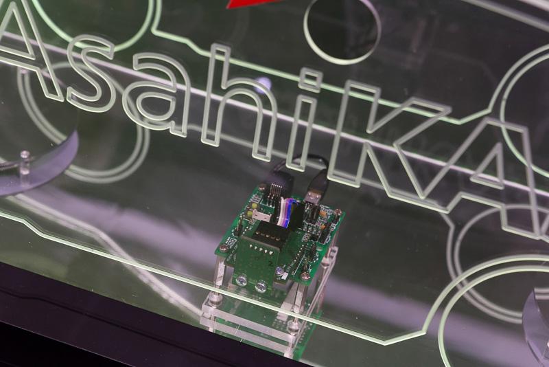 こちらが二酸化炭素センサー。他社従来品より格段に小型化した独自開発のセンサーチップを使用し、応答速度も高速。AKXYだけでなく、他社のIoT機器に搭載されることも決定している