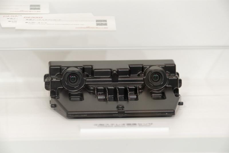 ダイハツ「タント」「ミラ イース」などに搭載されている「小型ステレオ画像センサ」。衝突回避、車線逸脱、オートハイビームなどの処理判断に利用できる
