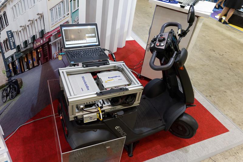 ADASや自動運転のシステム開発を手がけるdSPACE。モデルベース開発に最適な代替えECUのユニットなどを搭載したカートを展示している