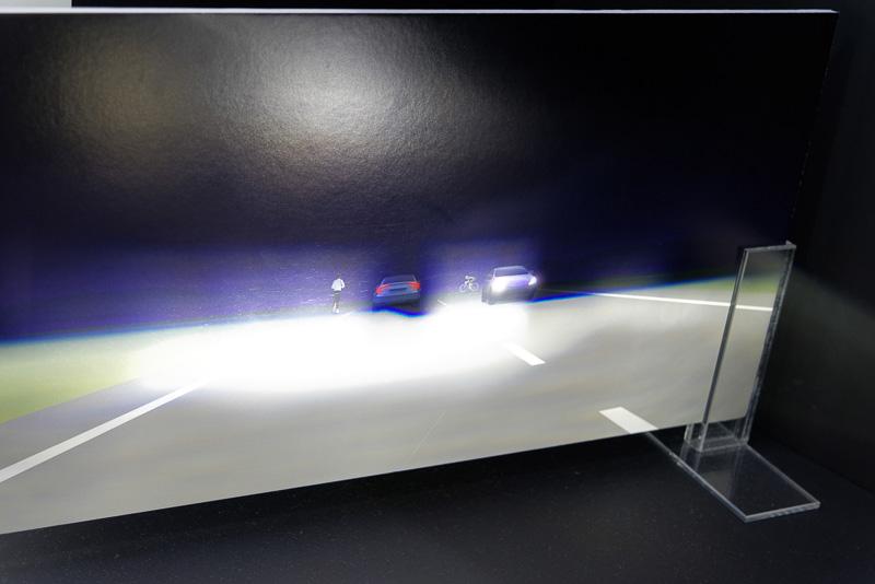 前走車や対向車を避ける形でハイビームを照射できる新しいLEDライトシステムのデモ