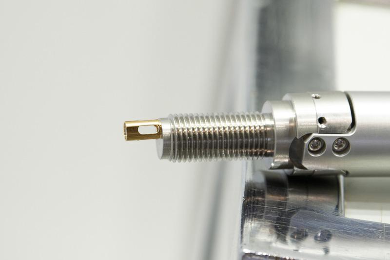 ガソリンエンジン車の点火プラグのサイズに、レーザービームを射出する機能と小型ミラーを組み込んでいる。射出されて戻ってきたレーザーの変化を調べることで、温度と二酸化炭素量を計測する仕組み。写真はサンプルで、実際には車両メーカーが指定した市販プラグに加工を施すことになる